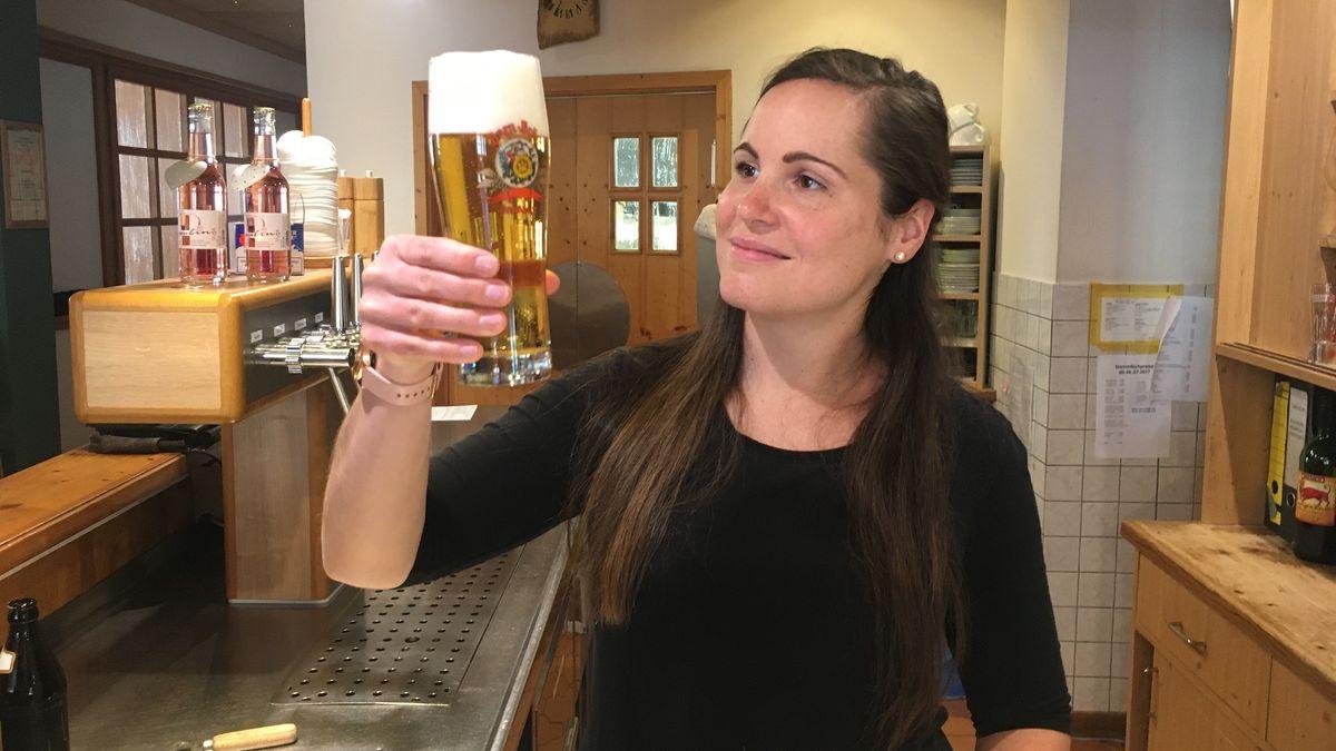 Amandy Gary mit Bier in der Hand.