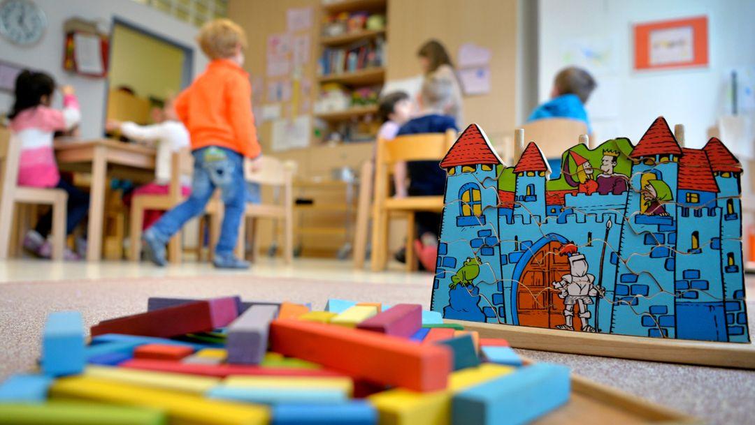 Spielzeug liegt in einer Kindertagesstätte auf dem Boden.