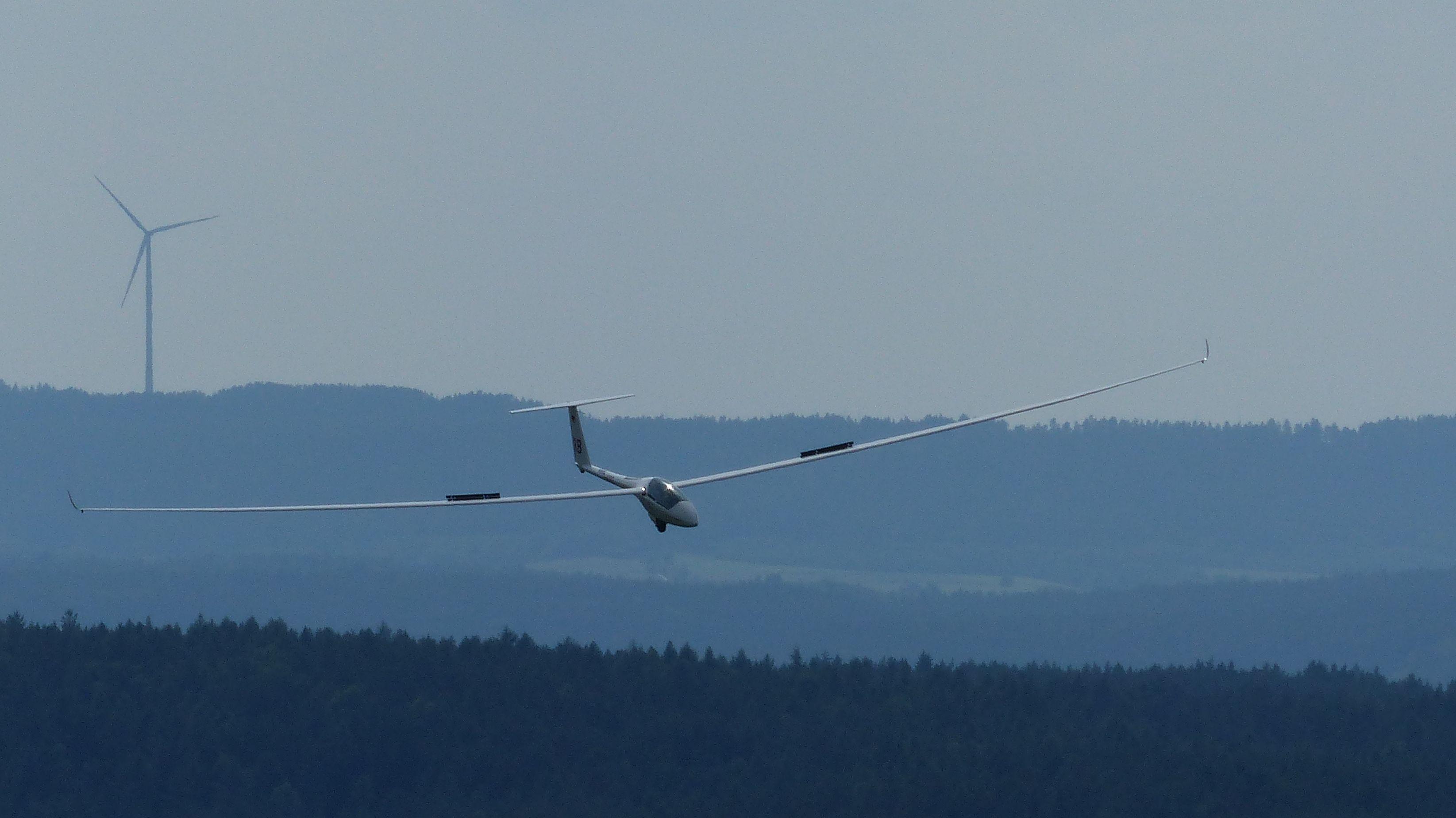 Ein Segelflugzeug in der Luft