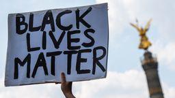 Black Live Matter-Demonstration Berlin/Friedenssäule (Hand, die ein Schilf hochhält) | Bild:Christophe Gateau / dpa Bildfunk