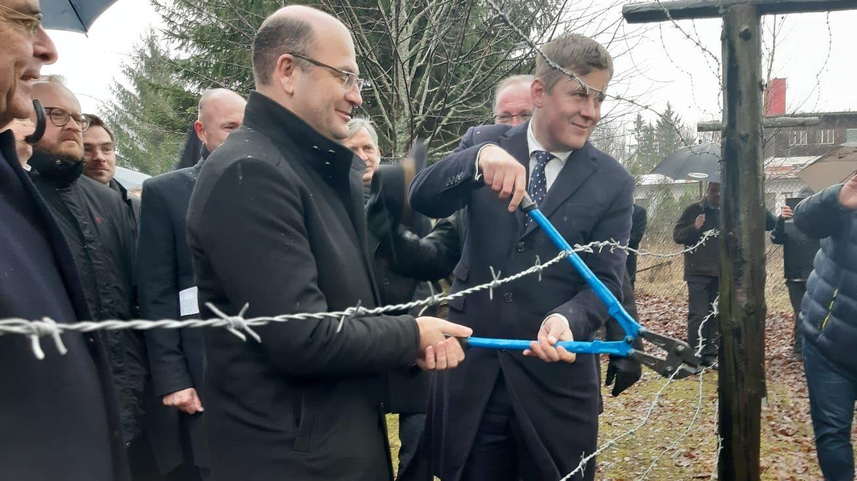 Heimatminister Albert Füracker und Tschechiens Außenminister Tomáš Petříček schneiden symbolisch den Grenzzaun durch
