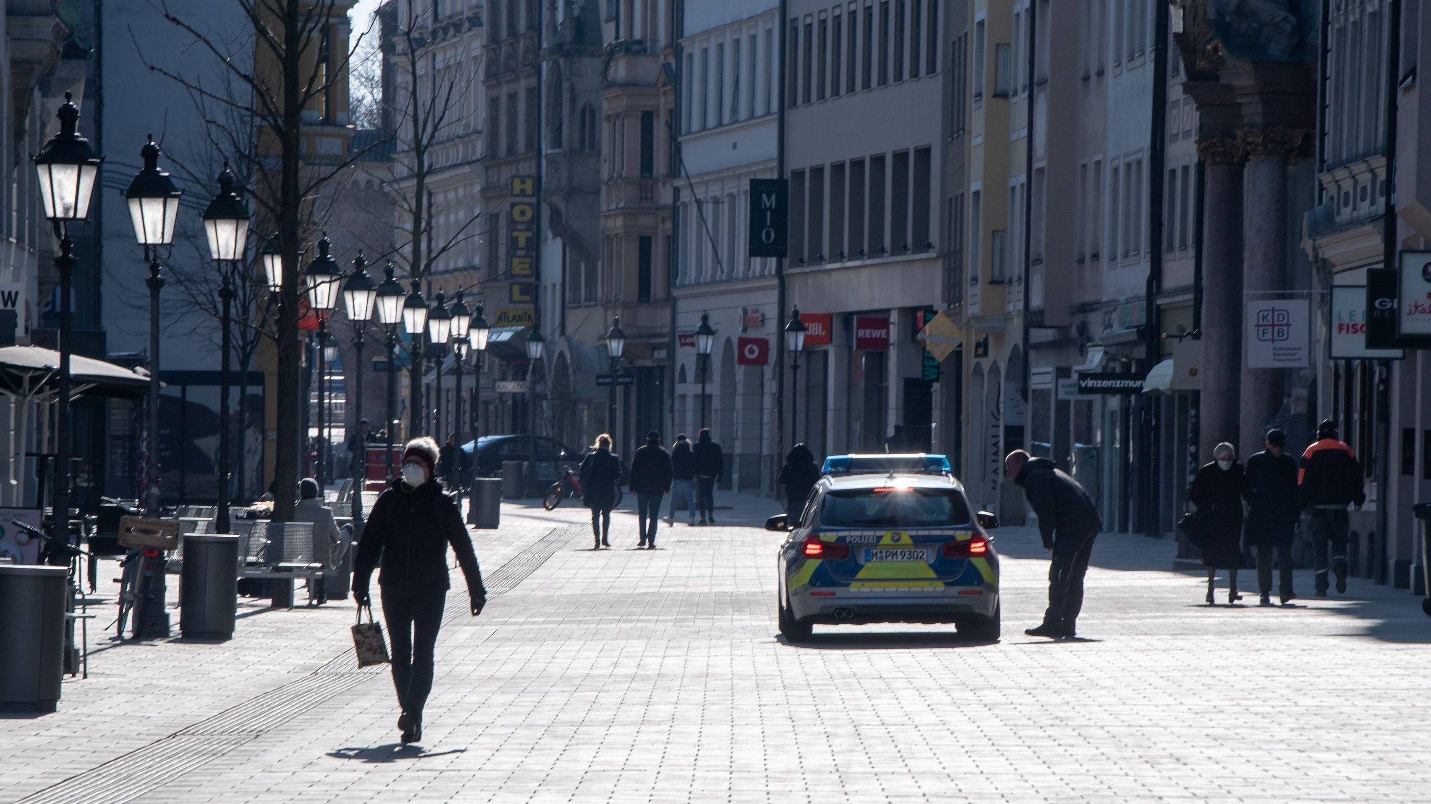 Ein Polizeiwagen fährt durch die Fußgängerzone in der Innenstadt.