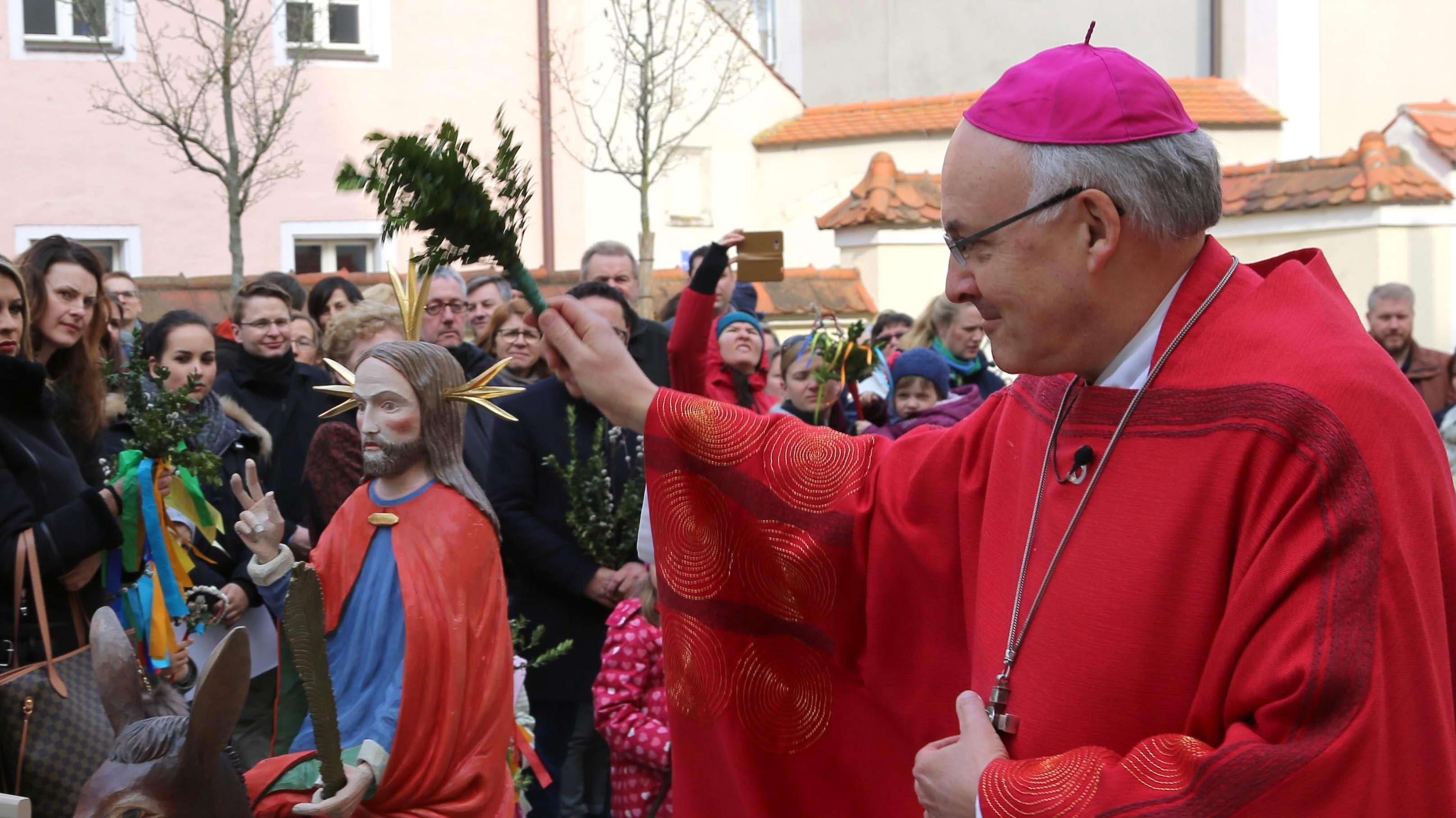 """Der Regensburger Bischof Rudolf Voderholzer segnete den neuen """"Palmesel"""""""
