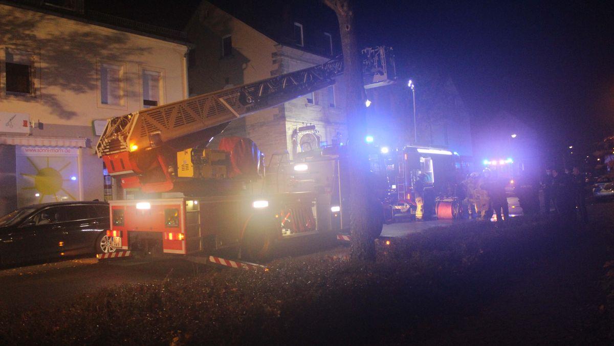 Ein Feuerwehrauto steht am Einsatzort.