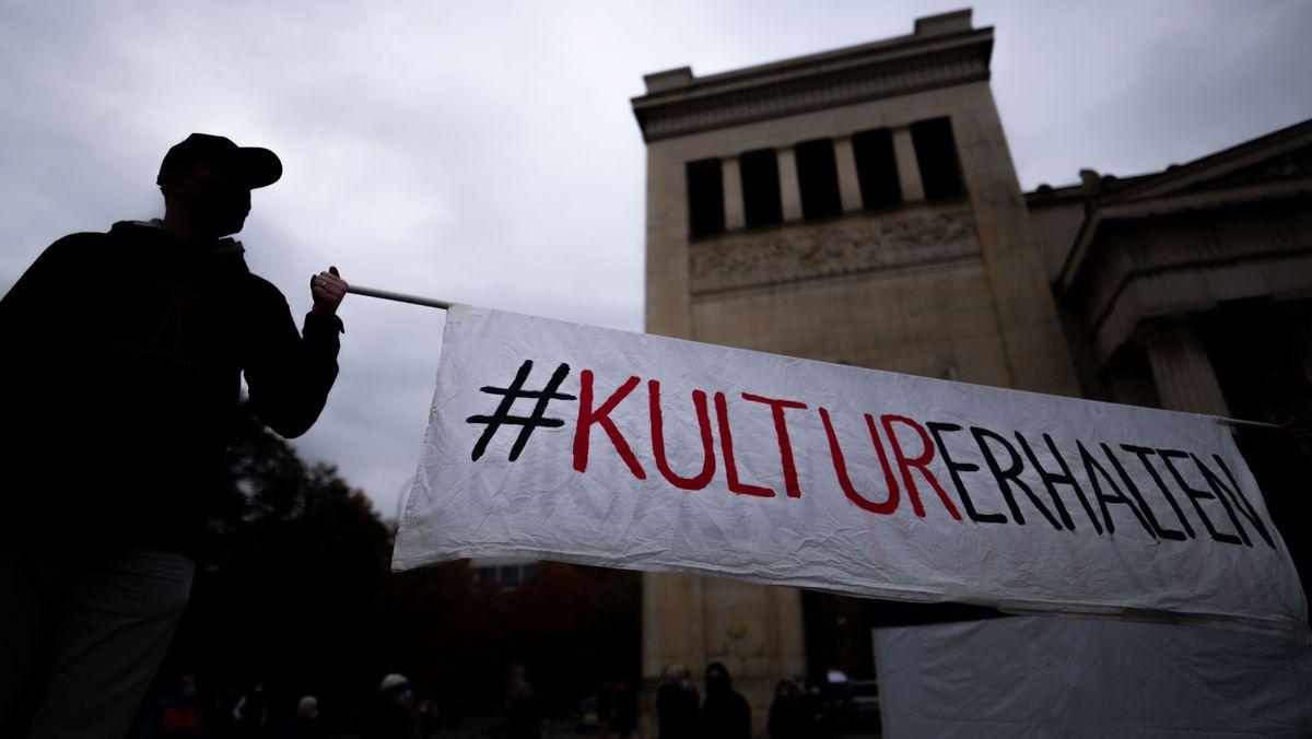 """Zwei Männer halten am 24.10.2020 auf dem Königsplatz in München ein Banner mit der Aufschrift """"#KulturErhalten""""."""