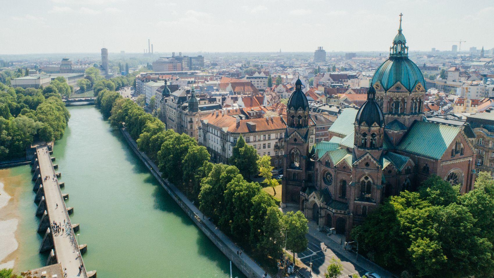 Das Isarufer in der Münchner Innenstadt