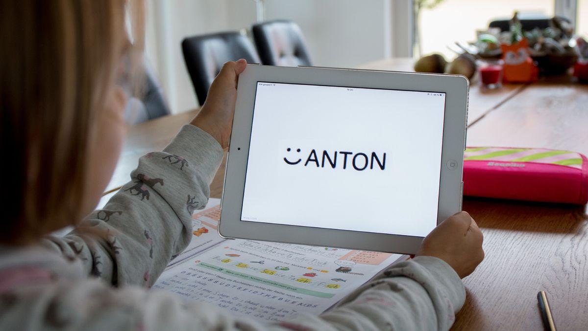 Eine Grundschülerin arbeitet mit der Anton-App auf einem Tablet