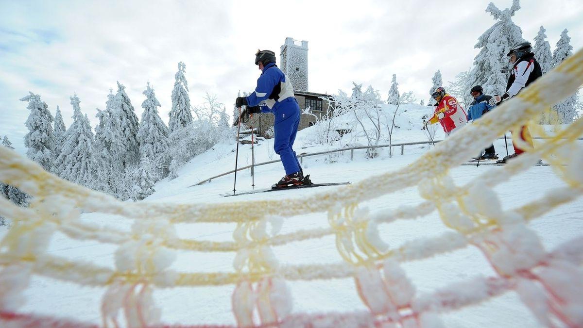 Skifahrer im Fichtelgebirge. Im Hintergrund der Asenturm.