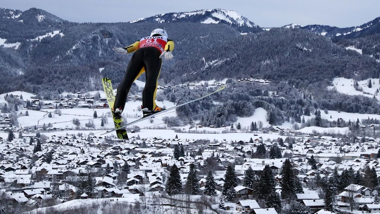 Blick auf Oberstdorf mit Skispringer.
