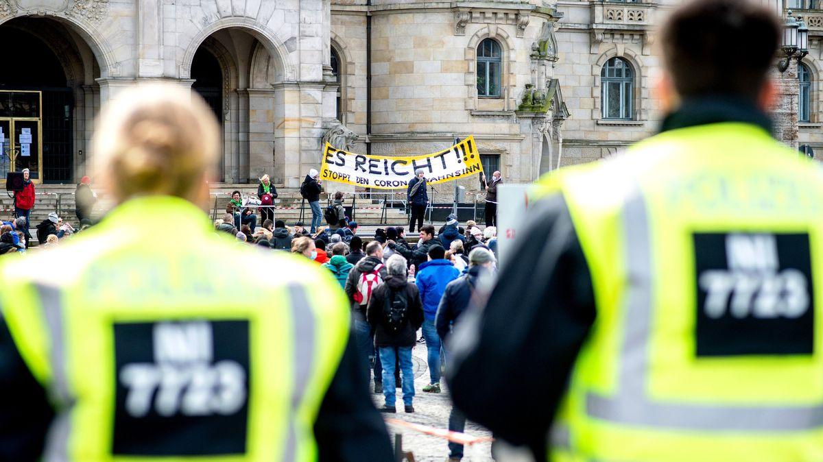 """Polizeibeamte sichern eine Demonstration der Bewegung """"Es reicht!"""" in Hannover."""