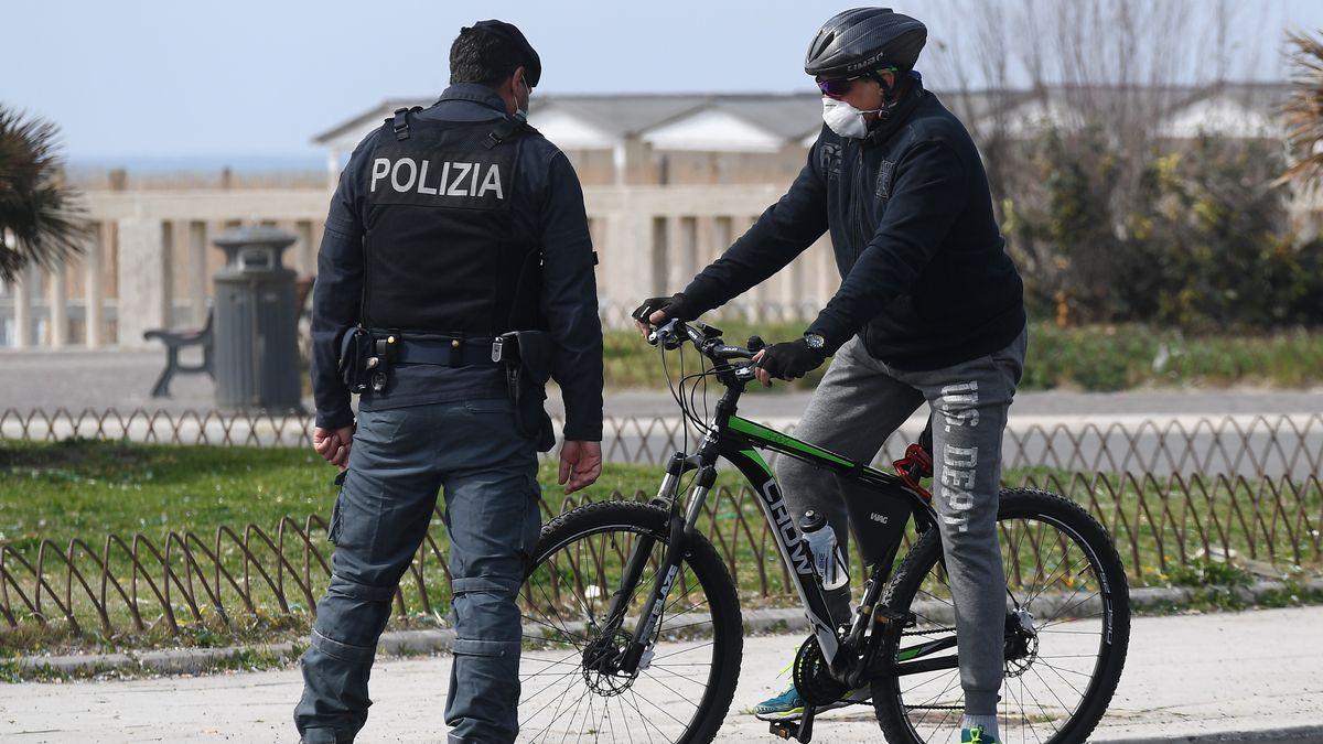 Polizei in Italien kontrolliert Radfahrer in Rom