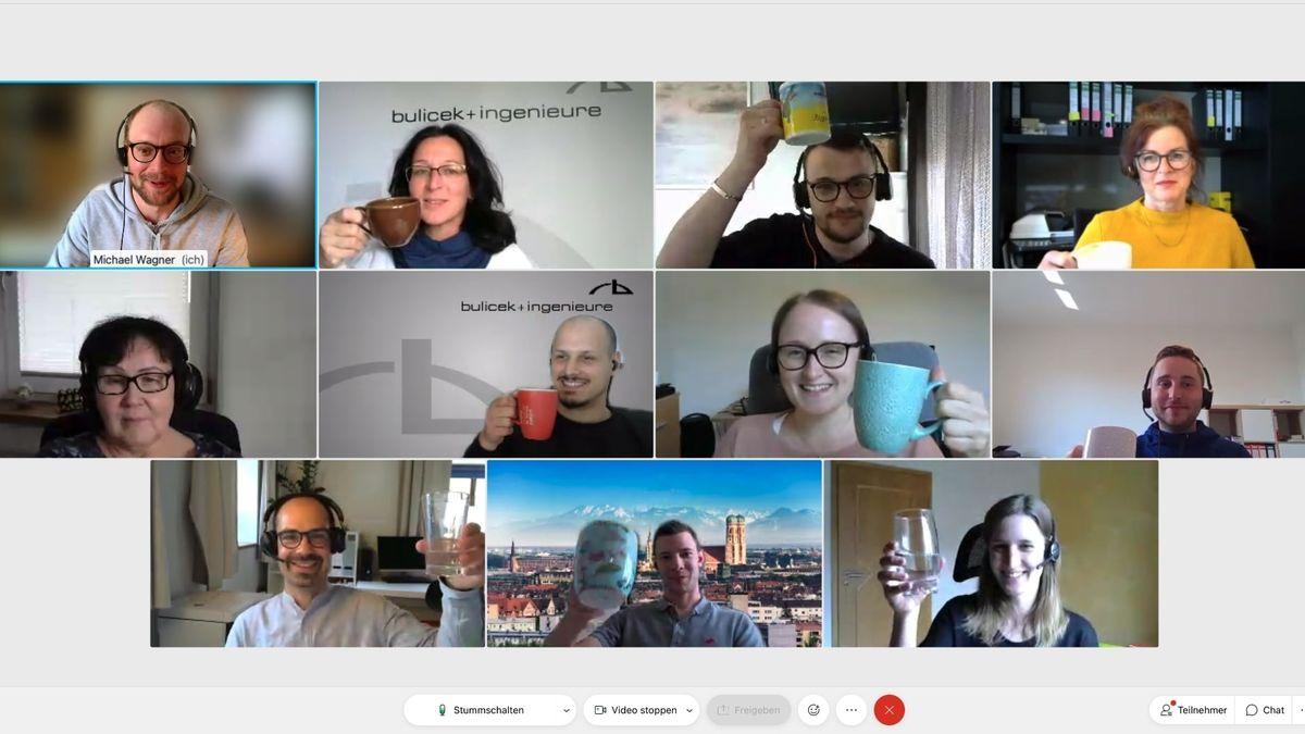 Die zehn Mitarbeiterinnen und Mitarbeiter des Ingenieurbüros Bulicek in Passau stoßen, die Tassen in die Luft gereckt, an. Sie haben Kaffeepause.