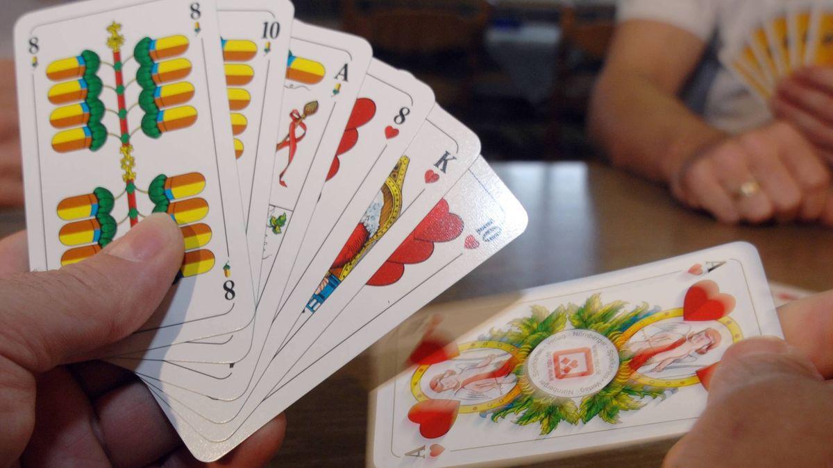 Symbolbild: Kartenspieler hält Karten in der Hand.