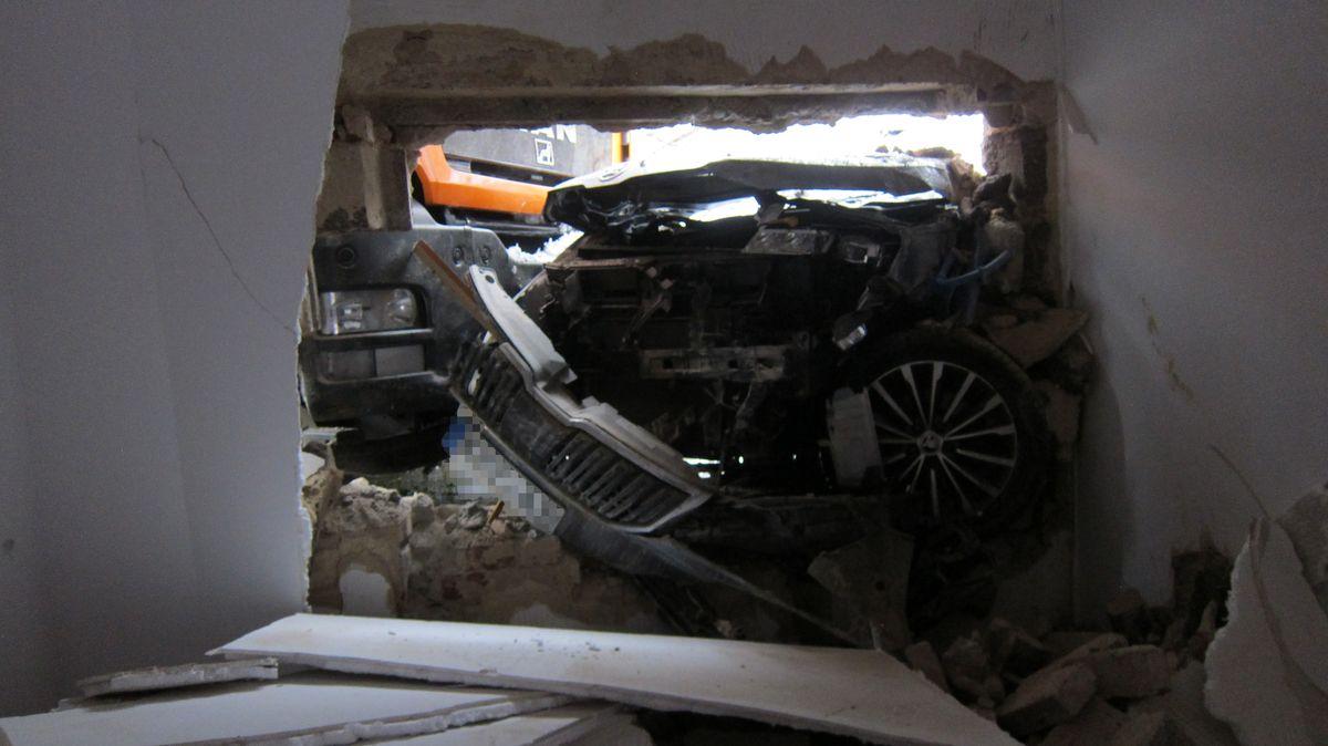 Ein Müllwagen ist am Freitag in Bad Kötzting im Landkreis Cham einen Berg hinuntergerollt und mit einem Auto in eine Hausmauer gekracht.