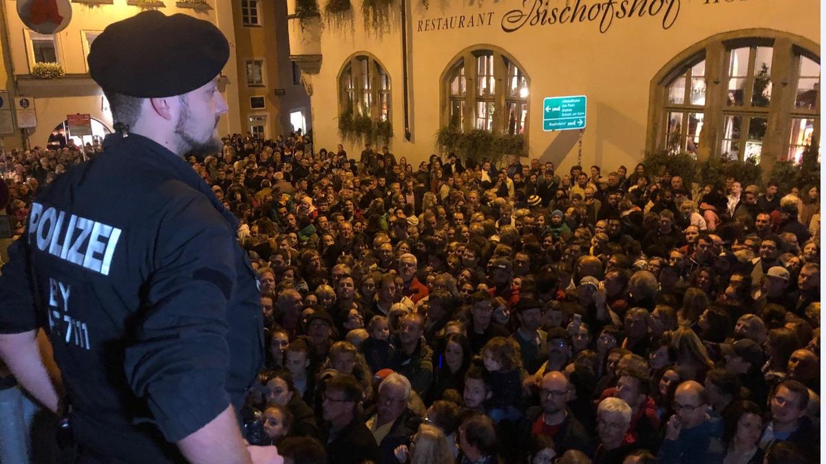 Chaos in Regensburg: Tausende wollen Dom-Lichtshow sehen