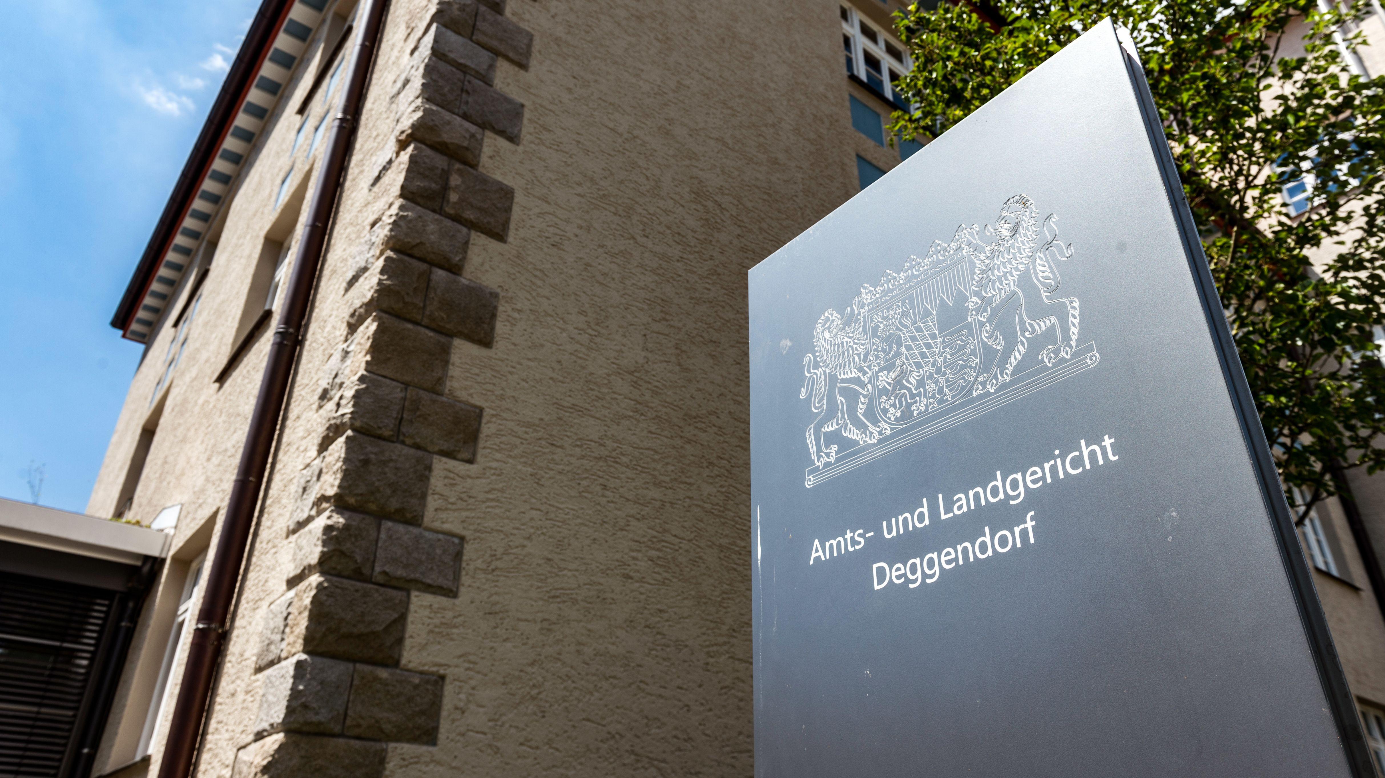 """Auf einer Tafel vor dem Gerichtsgebäude steht: """"Amts- und Landgericht Deggendorf"""""""