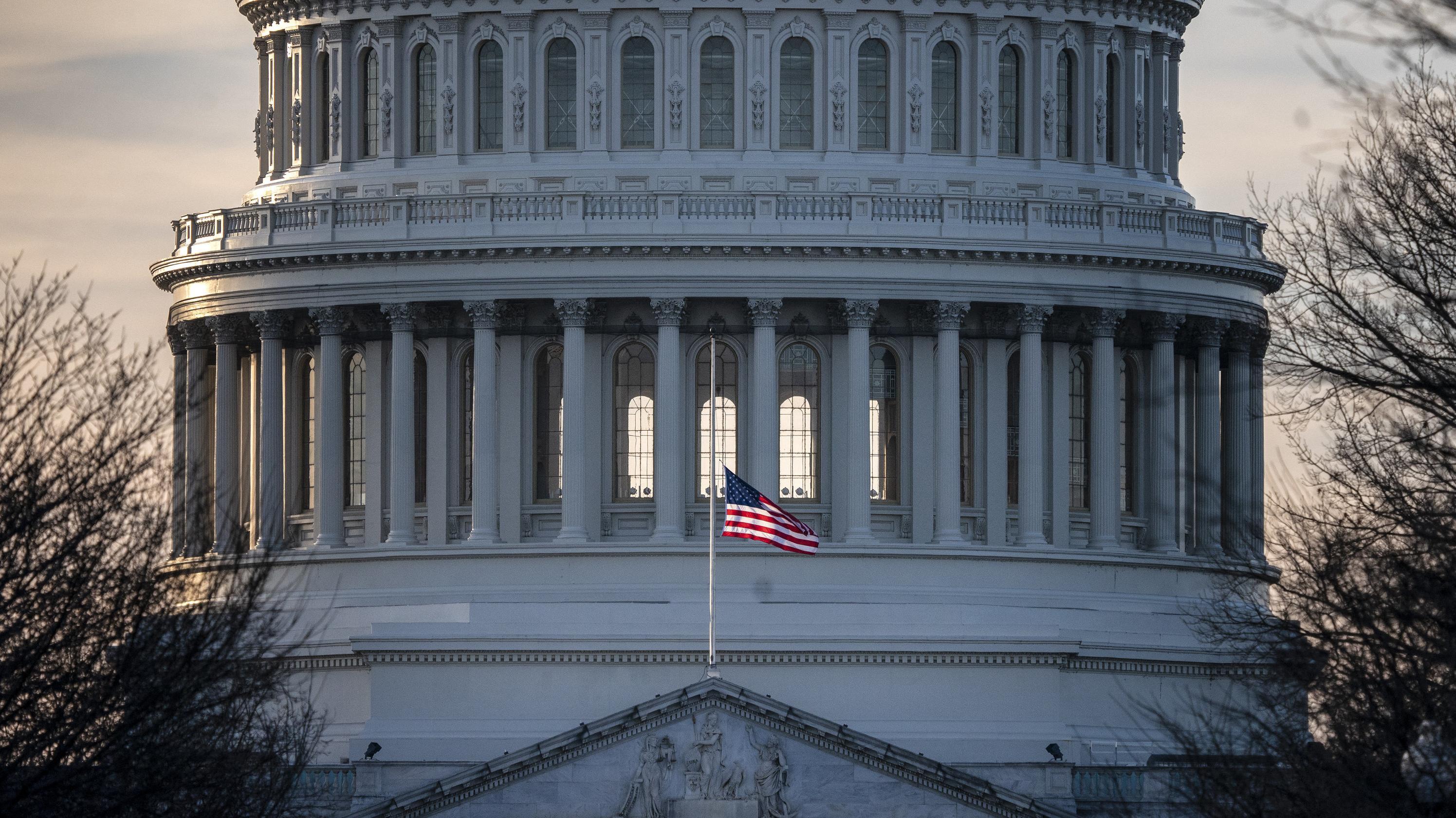 Eine US-Flagge weht am Kapitol