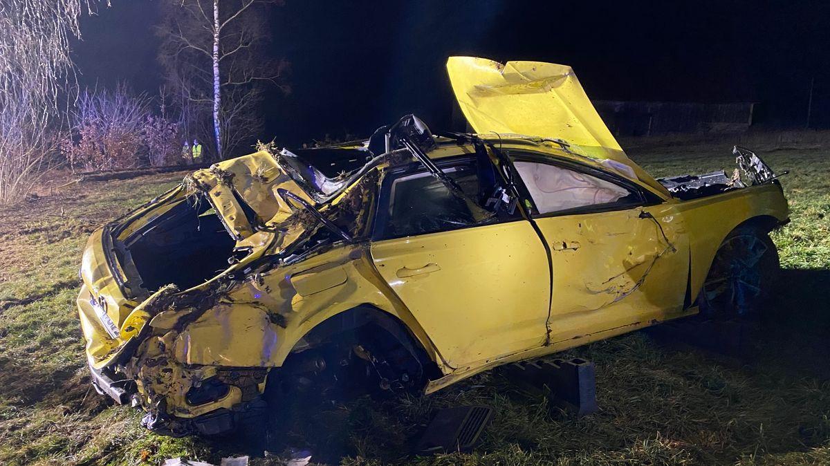 Bild von Unfallwagen auf Grünfläche