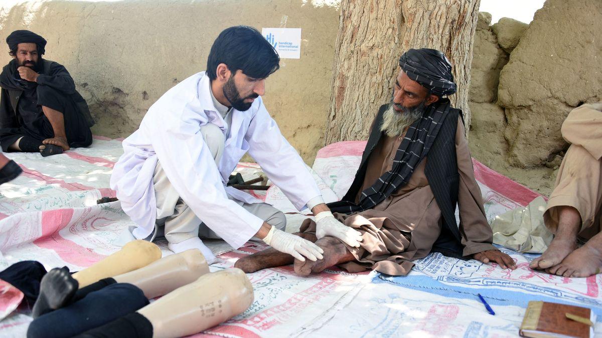 Der 50-jährige Abdul Hadi aus Afghanistan wurde bei der Arbeit auf seinem Feld durch die Explosion einer Landmine schwer verletzt.