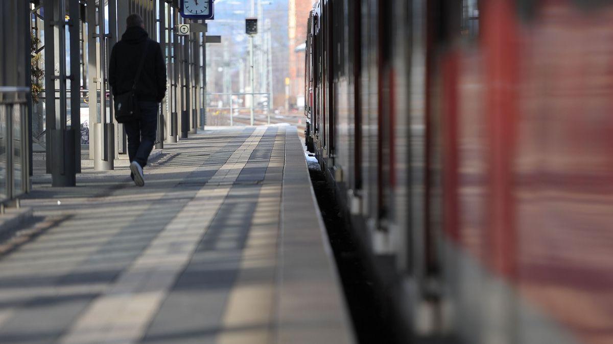 Fahrgast auf einem Bahnsteig
