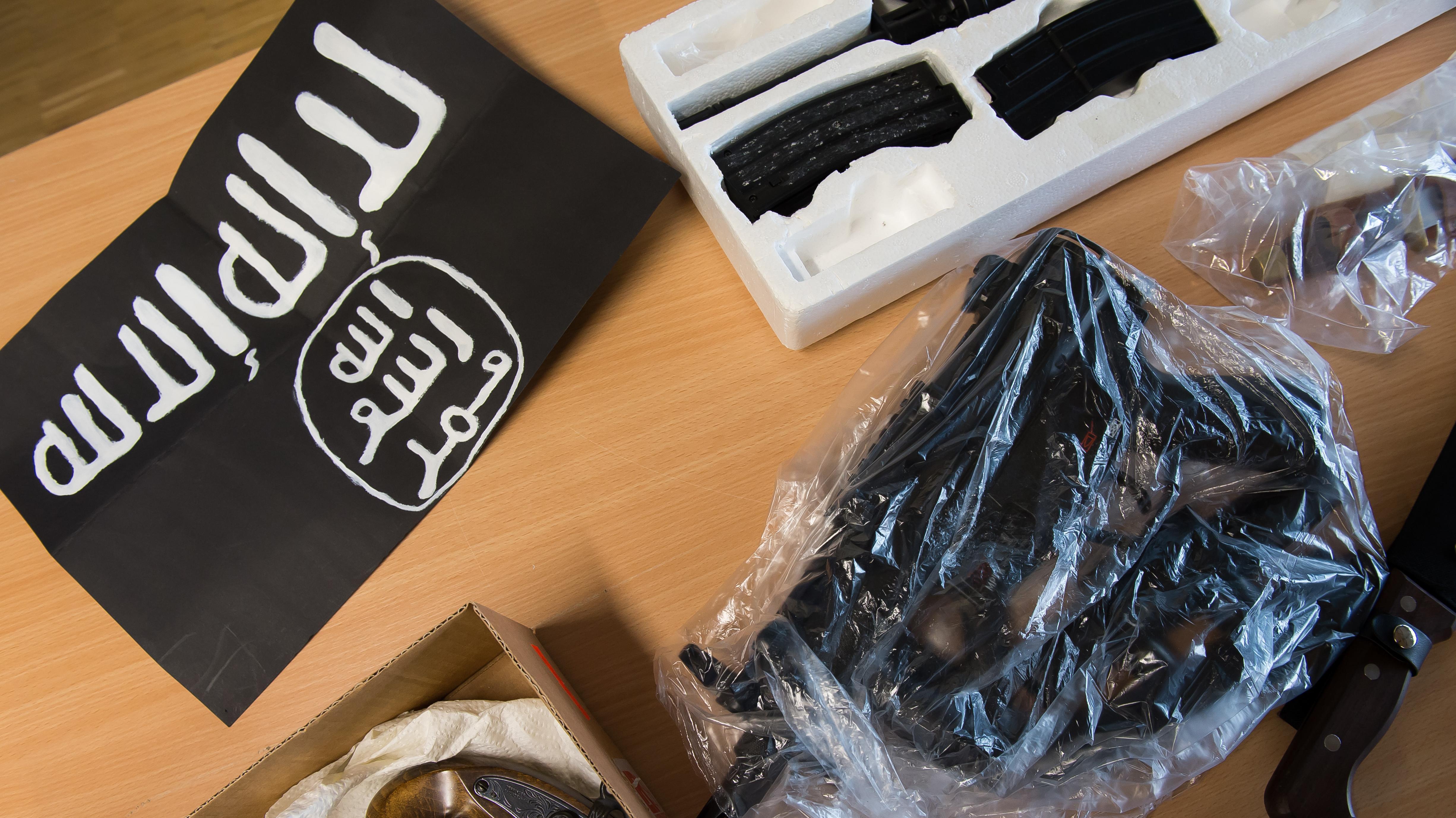 Symbolbild: Bei einer Razzia beschlagnahmte Gegenstände in Göttingen