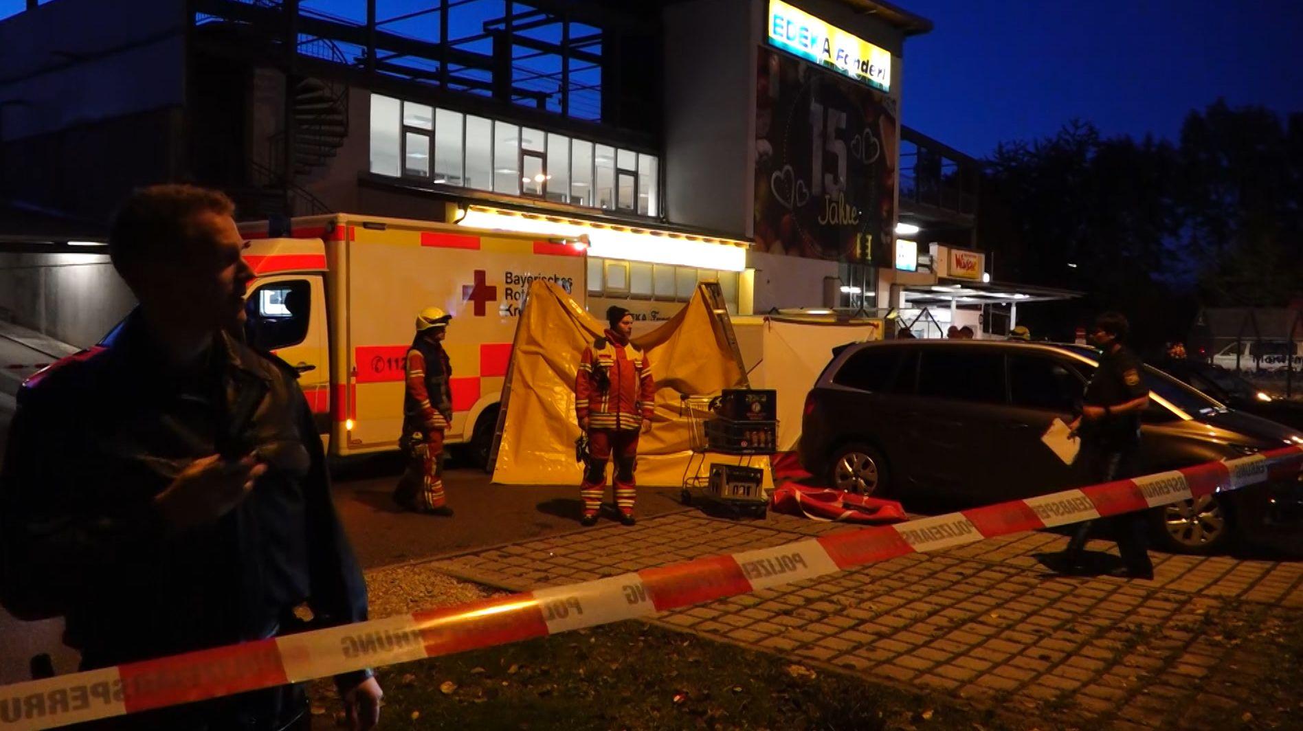 Polizei und Rettungskräfte vor Supermarkt in Abensberg