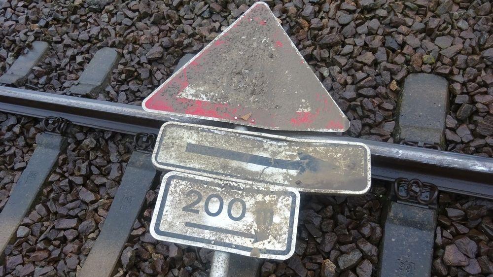 Ein Verkehrsschild liegt auf einem Gleis