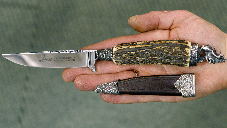 Ein bayerisches Trachtenmesser, auch Trachtenstilett genannt, liegt in einer Hand.