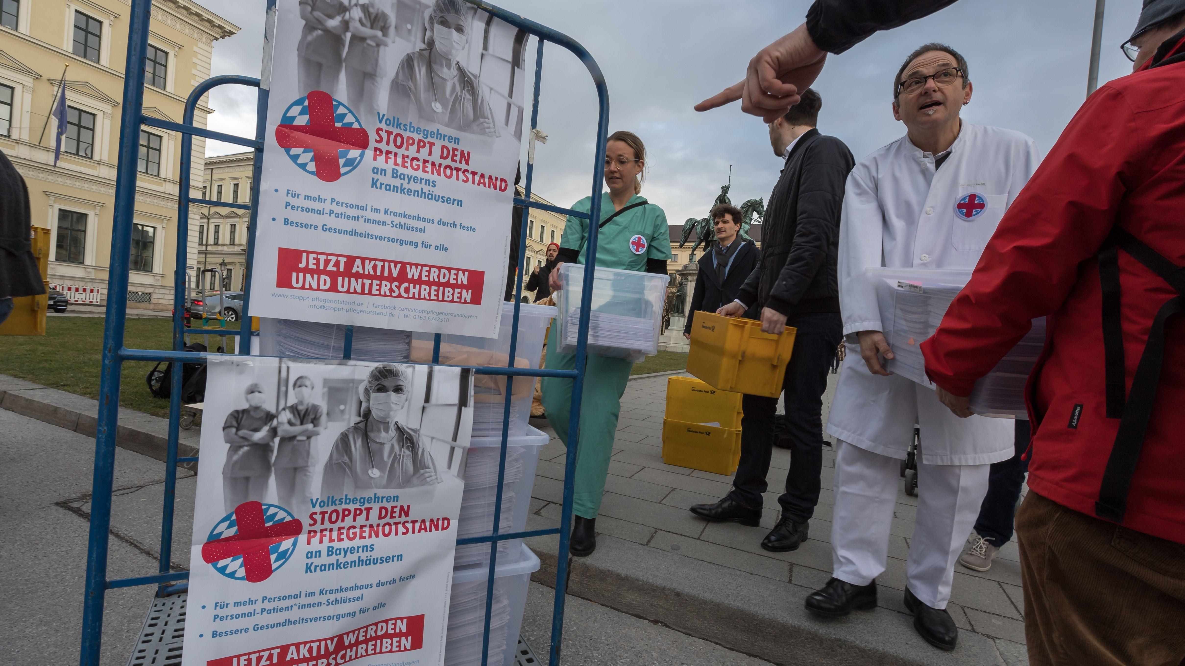 """Organisatoren des Volksbegehrens """"Stoppt den Pflegenotstand"""" überreichen am 8. März 2019 vor dem Innenministerium die gesammelten Unterschriften."""