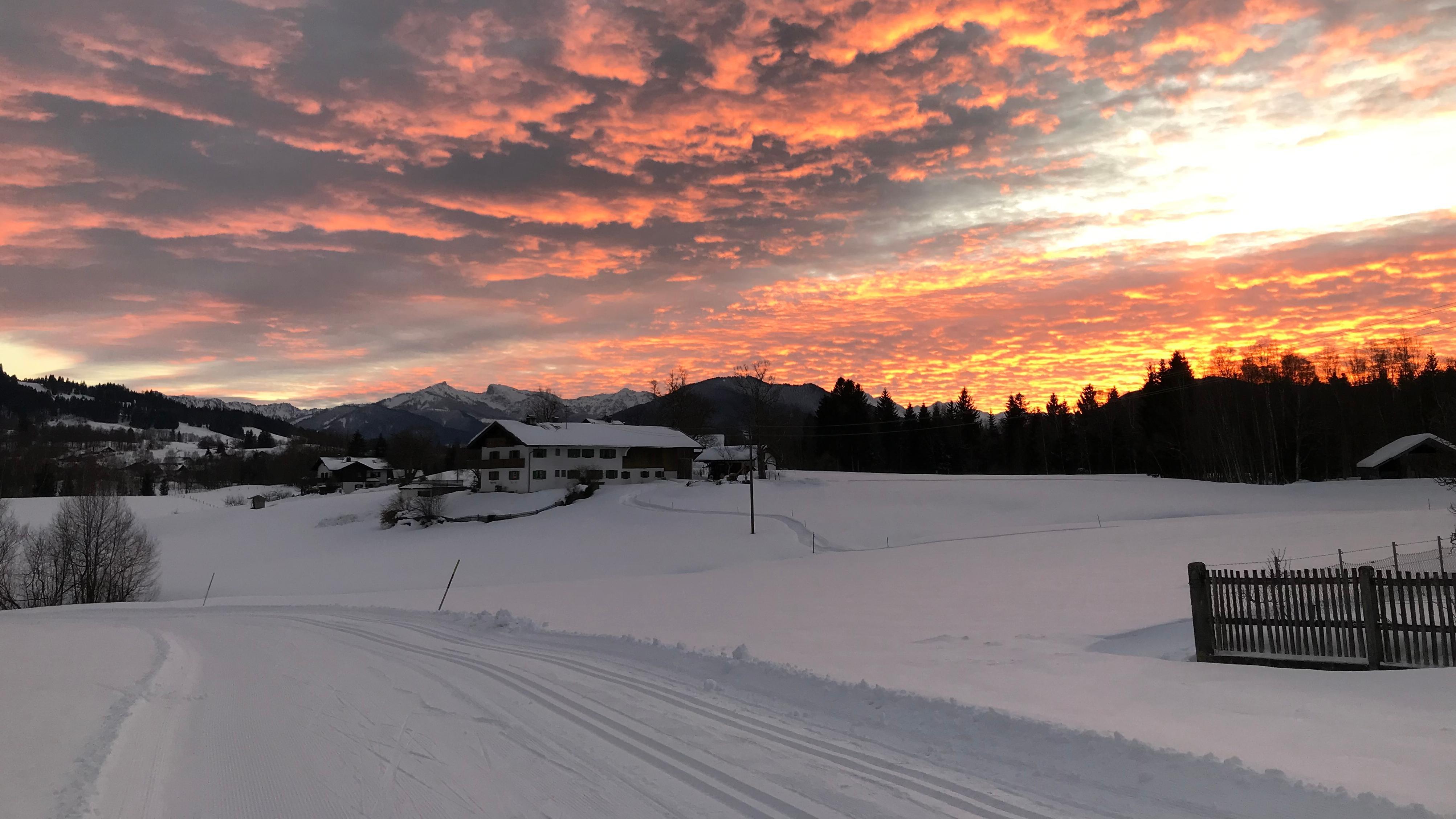 Winterabend im Oberland am 15.01.2019 vor der Kulisse der Ammergauer Alpen zwischen Bad Kohlgrub und Bad Bayersoien im Kreis Garmisch-Partenkirchen.