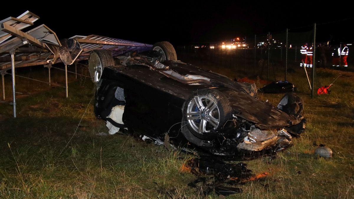 Der Unfallwagen hat zwei Zäune durchbrochen und Kollektoren im Solarpark getroffen.