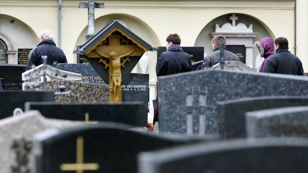 Menschen auf einem Friedhof