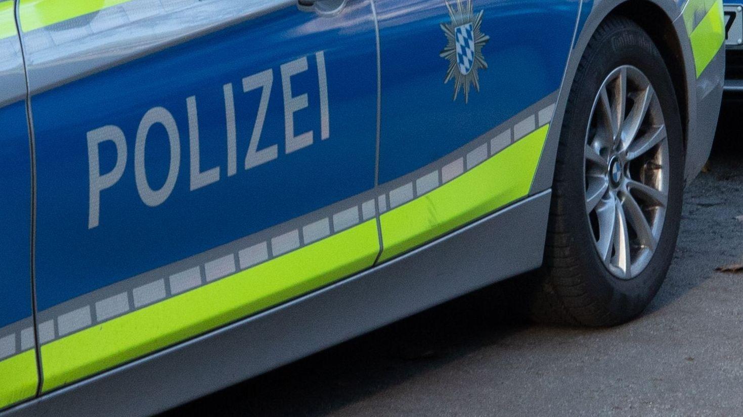 """Aufschrift """"Polizei"""" auf einem Einsatzfahrzeug"""