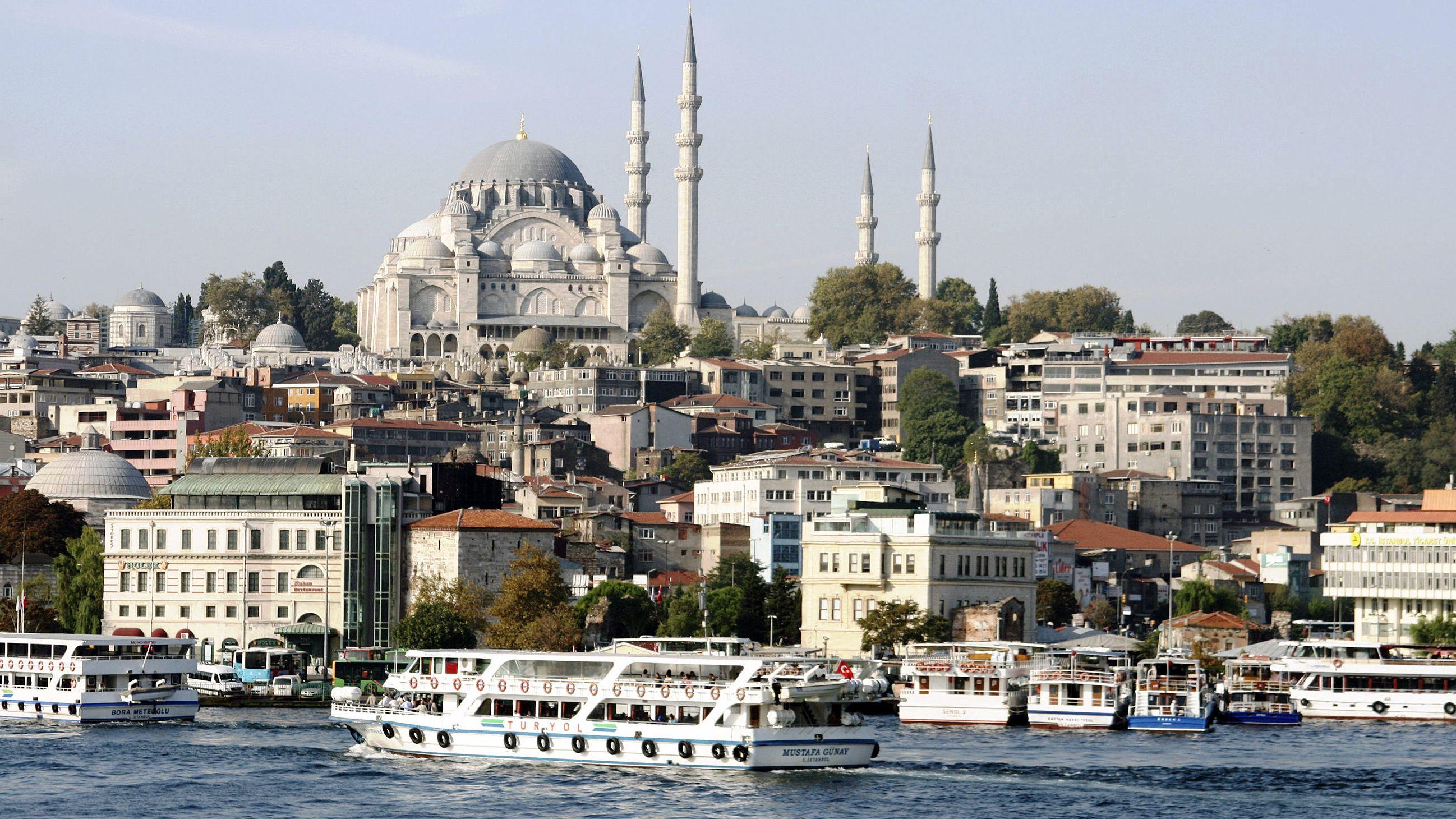 Istanbul am Bosporus mit der Hagia-Sophia-Moschee.
