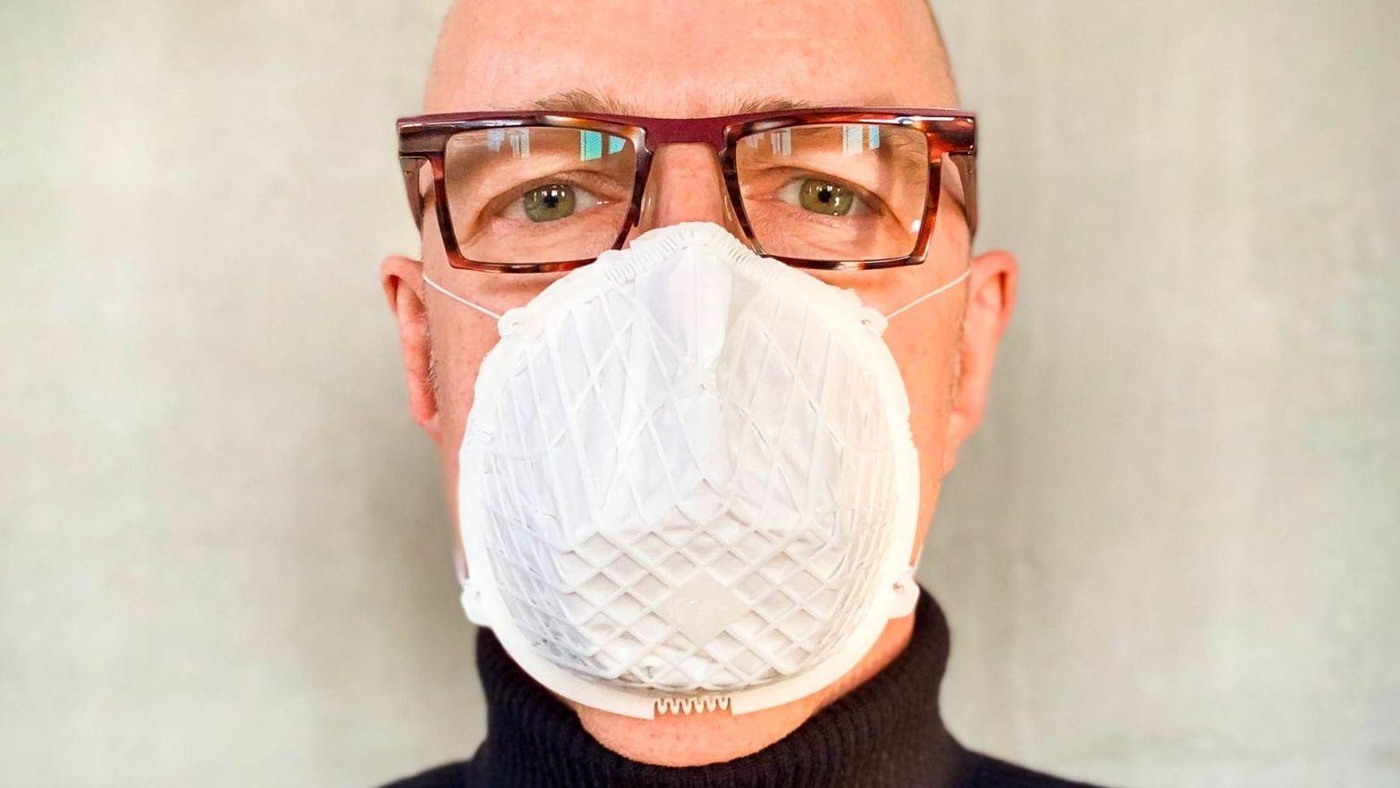 So sieht die Notbehelfsmaske der Firma FIT aus, wenn sie getragen wird