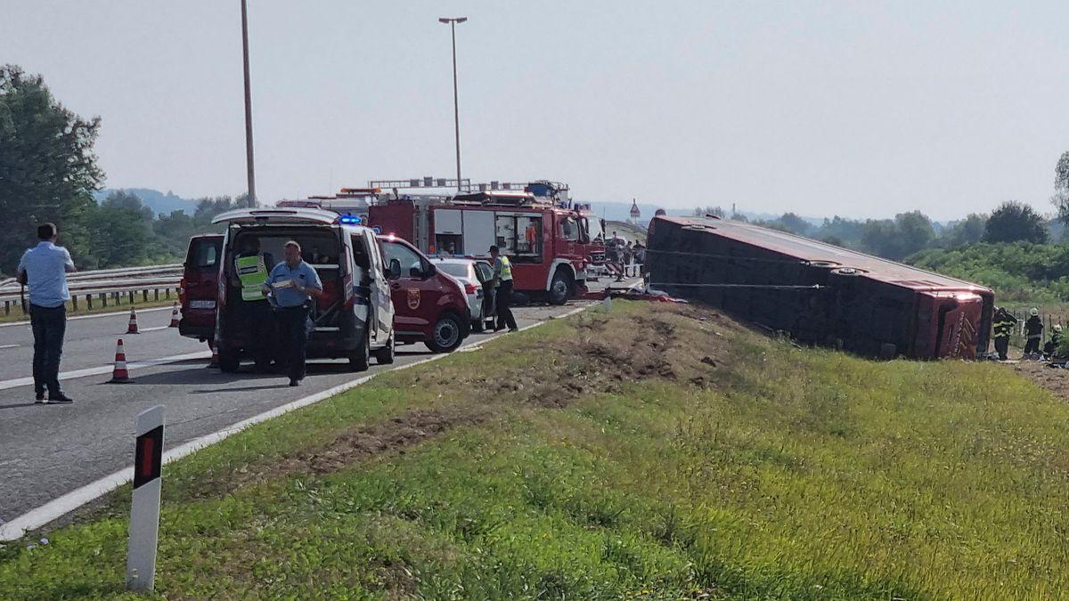 Rettungskräfte sind an der Stelle des Busunfalls in der Nähe von Slavonski Brod im Einsatz.