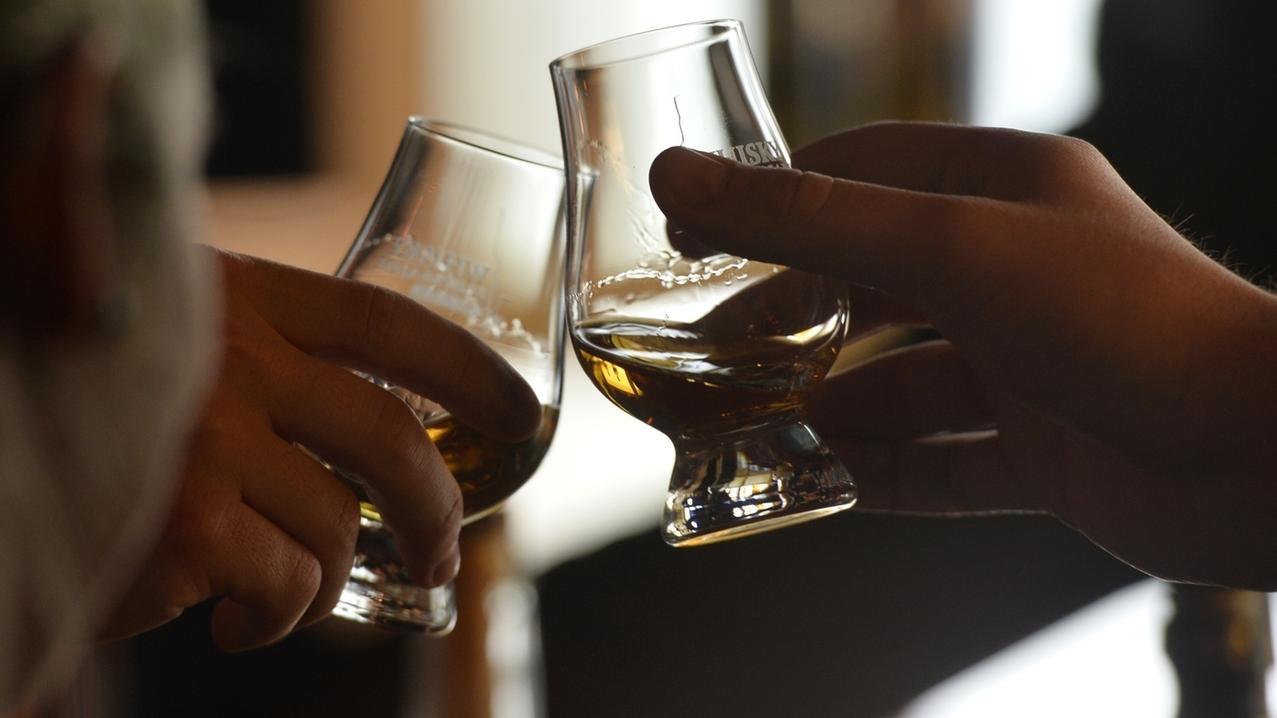 Männer trinken Whisky (Symbolbild)
