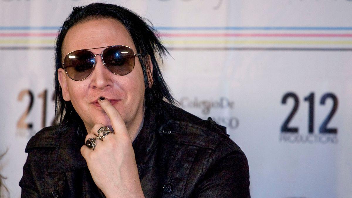 Der Sänger bei einer Pressekonferenz im schwarzen Leder-Outfit
