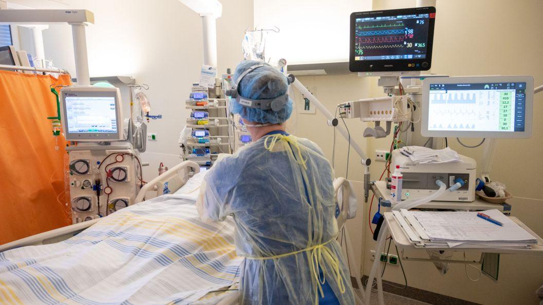 In einem Zimmer der Intensivstation wird ein Patient mit einem schweren Covid-19 Krankheitsverlauf behandelt (Symbolbild).