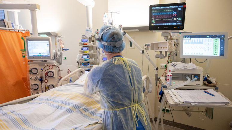 In einem Zimmer der Intensivstation wird ein Patient mit einem schweren Covid-19 Krankheitsverlauf behandelt (Symbolbild). | Bild:dpa-Bildfunk/Christophe Gateau