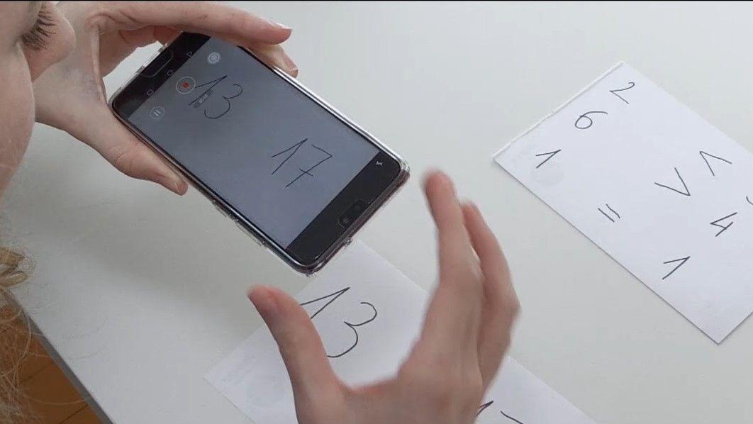Lehramtsanwärterin Franziska Jacob dreht mit ihren Handy ein Lernvideo für den Vergleich von Zahlen