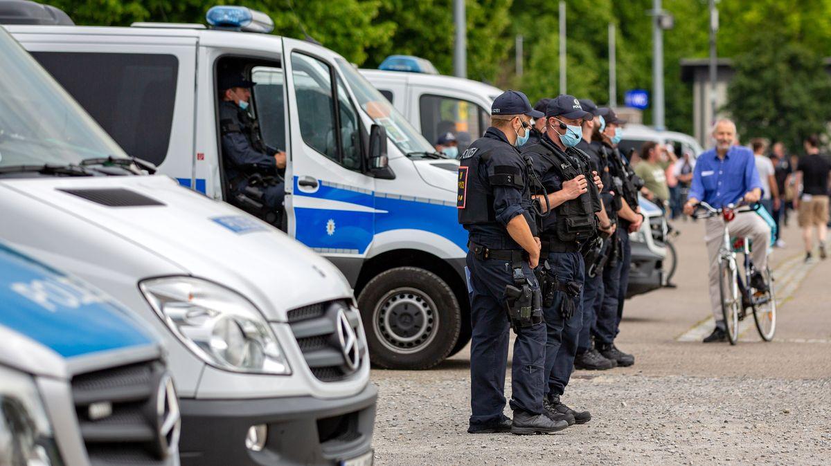 Polizisten im Einsatz bei einer Corona-Demonstration.