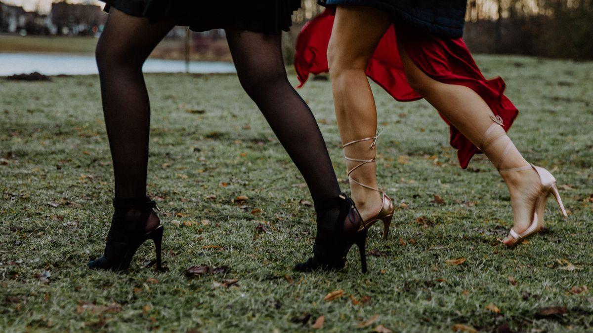 Zwei Frauen tragen High Heels zum Spazieren gehen.