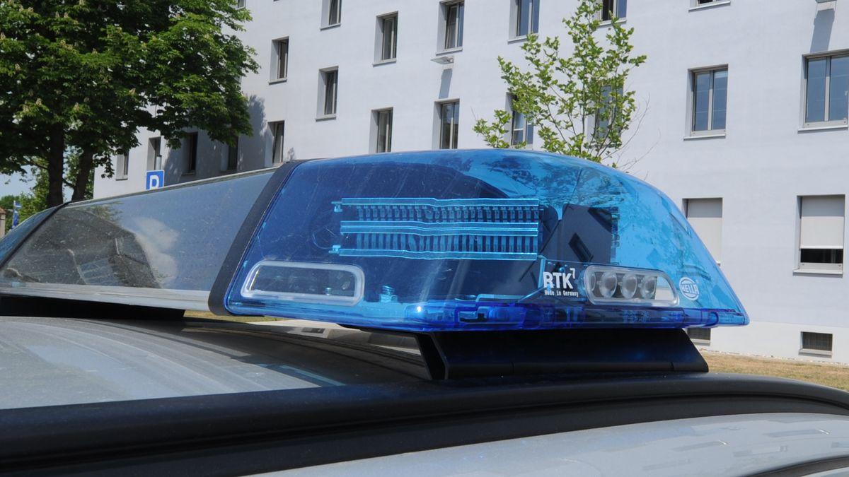 Ein Polizeiauto vor dem Polizeipräsidium Oberpfalz