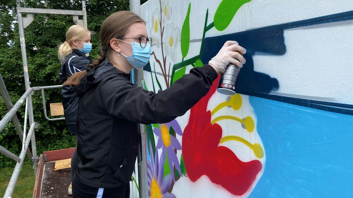 """Auf der Freizeitanlage """"Quadfeldmühle"""" in Cham dürfen sich rund 30 Schülerinnen und Schüler künstlerisch betätigen."""