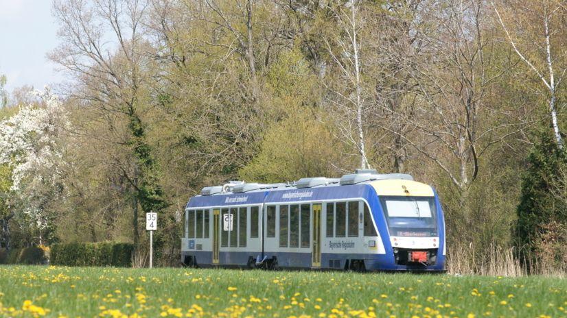 Zugwagen der Bayerischen Regiobahn fährt über Land