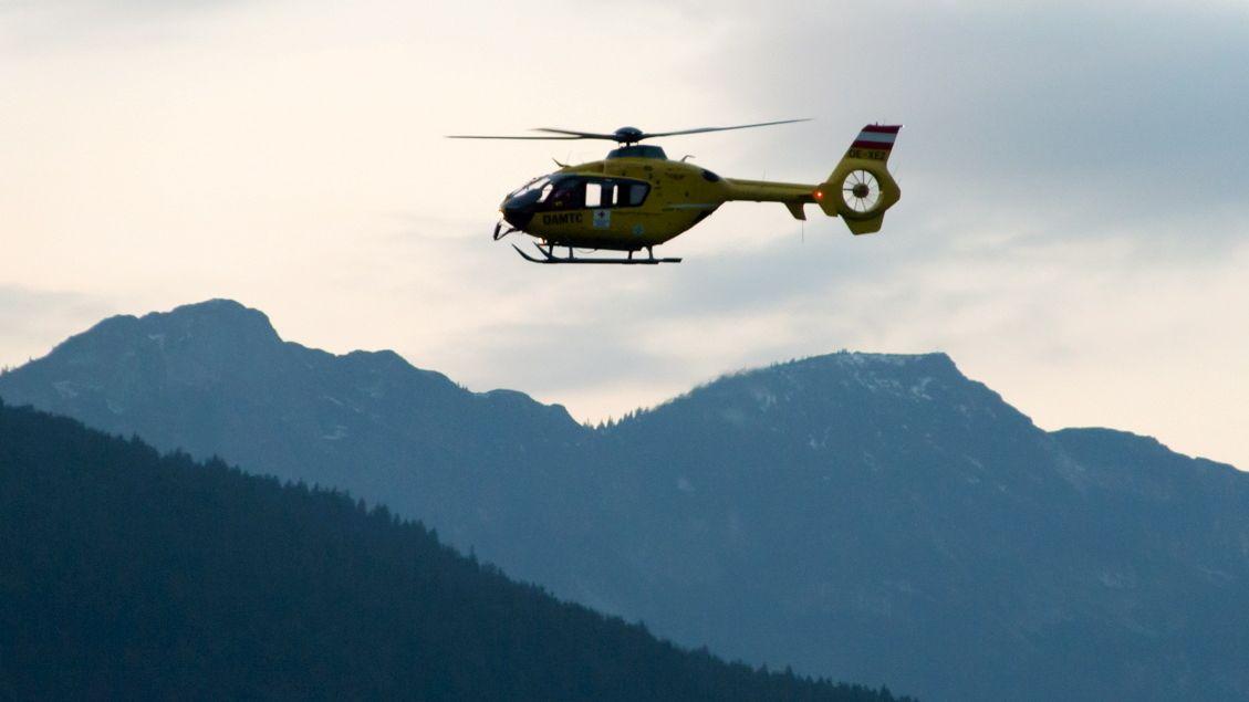 Rettungshubschrauber über den Berchtesgadener Alpen (Symbolbild)