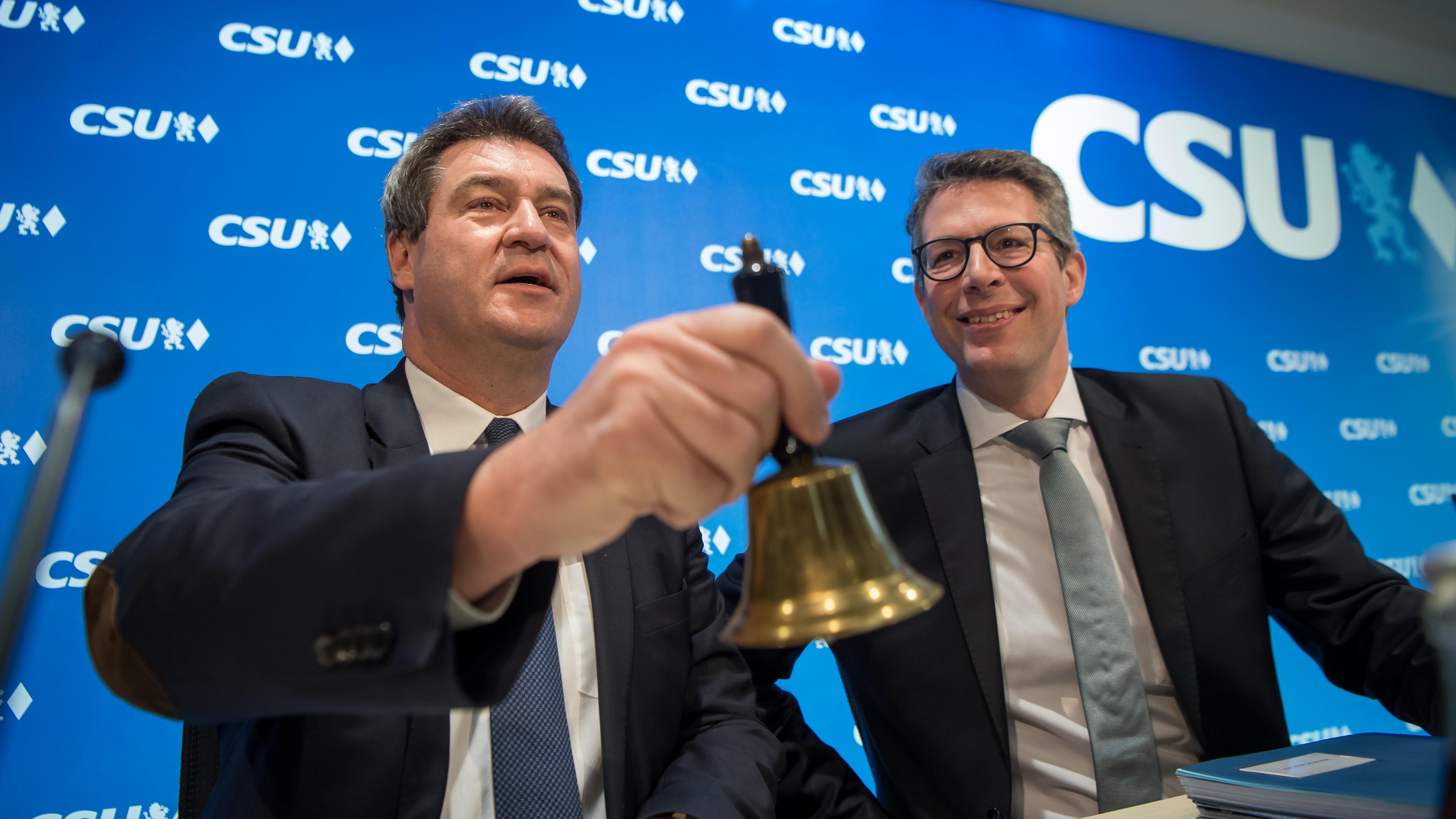 Söder eröffnet mit einer Tischglocke seine erste Vorstandssitzung als CSU-Chef