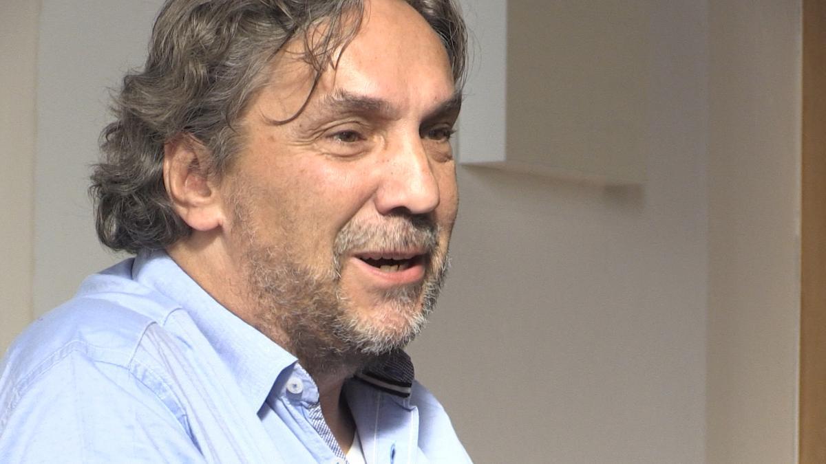 Christian Stückl spricht vor einer weißen Wand