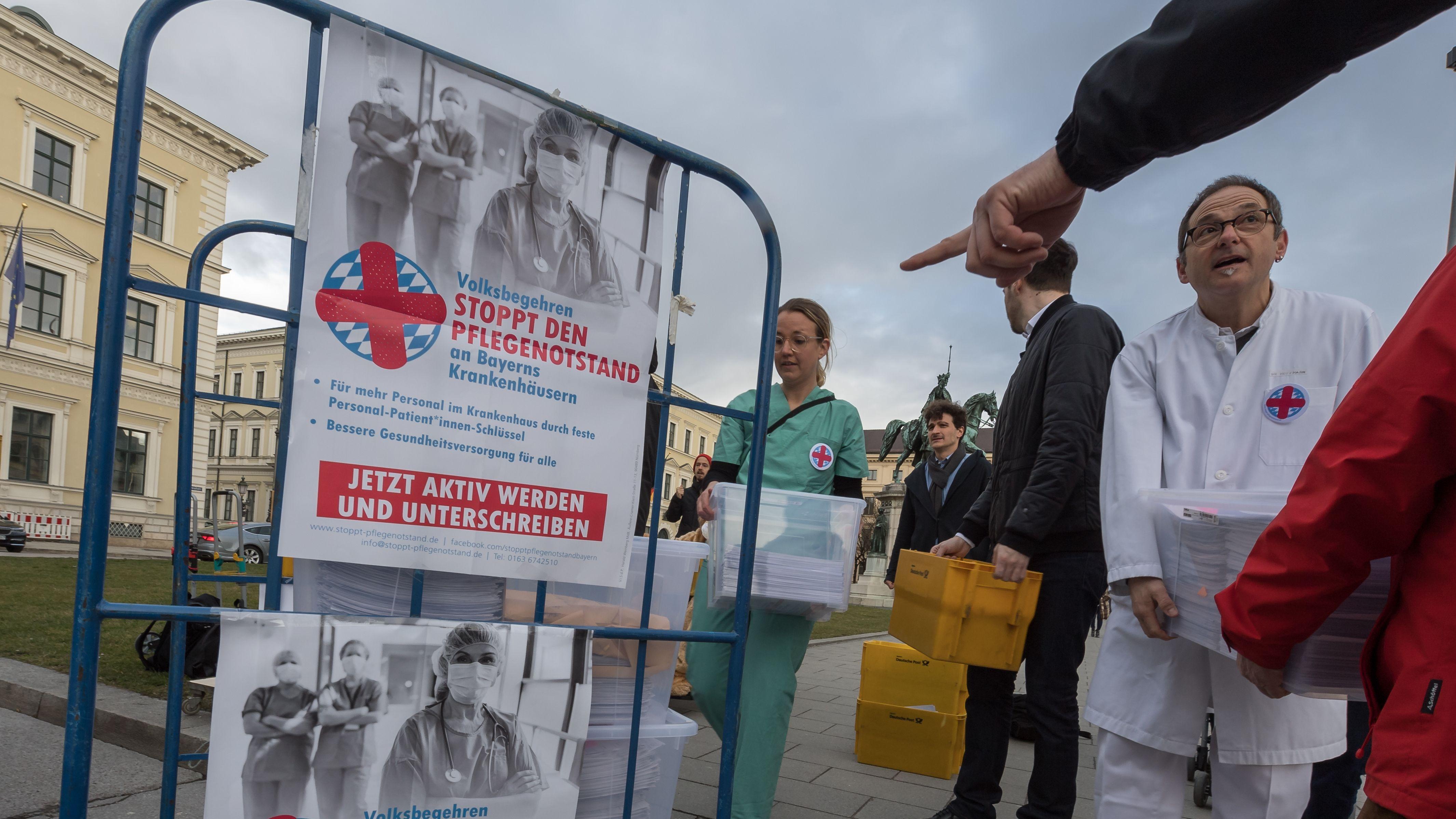 """Organisatoren des Volksbegehrens """"Stoppt den Pflegenotstand"""" überreichen im März 2019 vor dem Innenministerium die Unterschriftenlisten"""